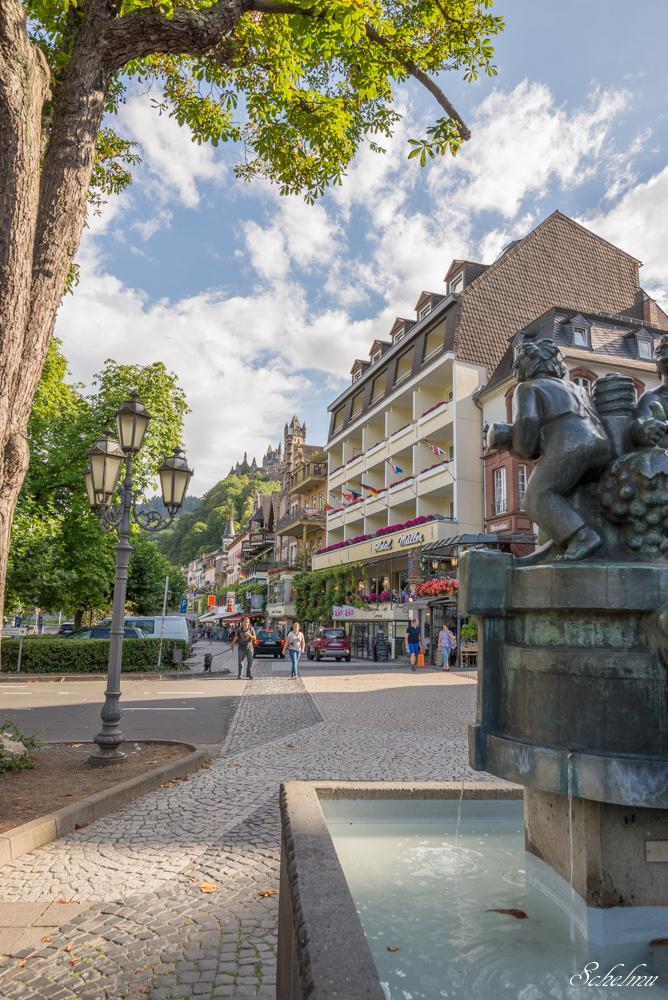 Altstadt von Cochem an der Mosel mit Brunnen und Reichsburg
